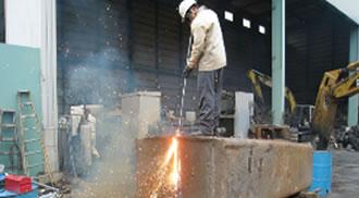 極厚の鋳物性ウェイトの熔断作業